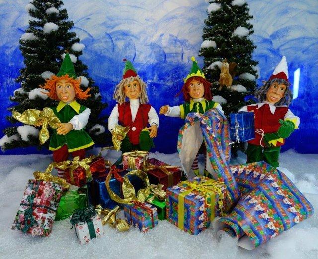 elfen-packen-weihnachtsgeschenke-ein-1