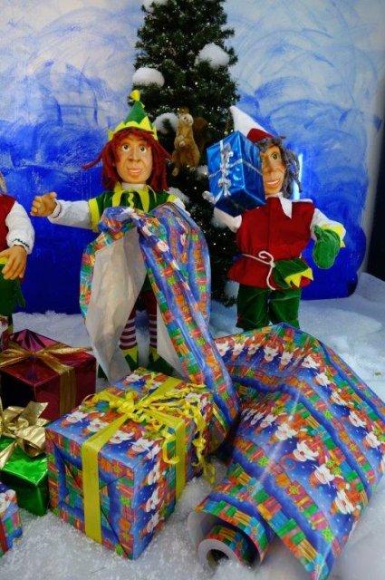 elfen-packen-weihnachtsgeschenke-ein-2