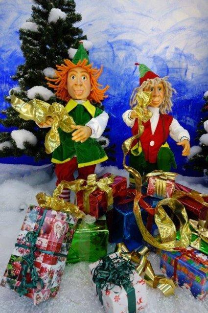 elfen-packen-weihnachtsgeschenke-ein-3