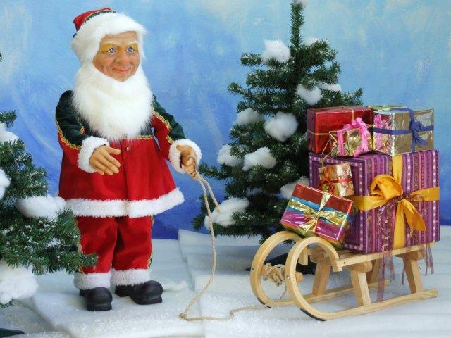 kleiner-nostalgischer-wehinachtsmann-mit-geschenkeschlitten-1