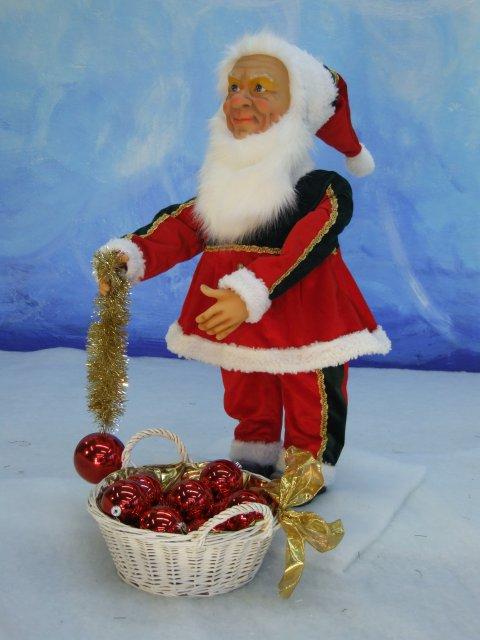 kleiner-nostalgischer-wehinachtsmann-mit-koerbchen-voller-weihnachtskugeln-1