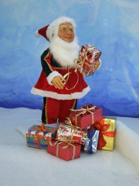 kleiner-nostalgischer-wehinachtsmann-mit-weihnachtsgeschenken-1