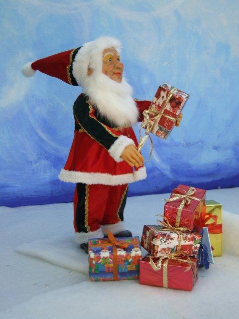 kleiner-nostalgischer-wehinachtsmann-mit-weihnachtsgeschenken-2