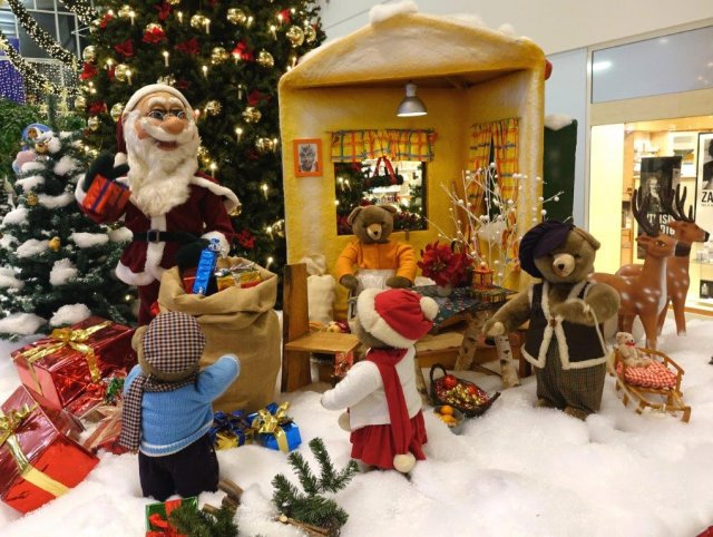der-weihnachtsmann-besucht-das-haus-der-familie-baer01