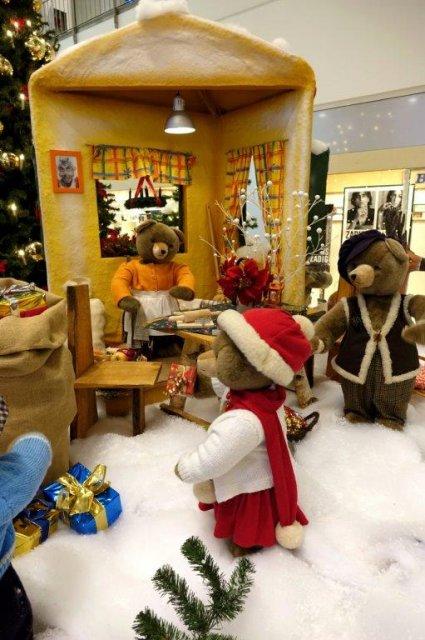 der-weihnachtsmann-besucht-das-haus-der-familie-baer03